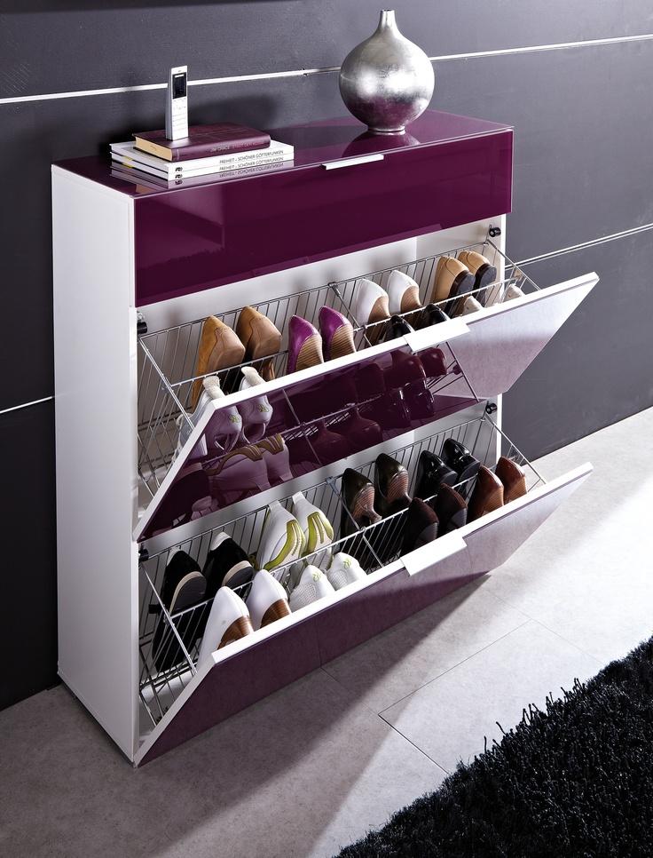 De stijlvolle schoenenkast Primera voor ca. 16 paar schoenen past perfect in je moderne hal. De schoenhouders achter de kleppen zijn gemaakt van metaal. De lade biedt ruimte aan je sleutels, handschoenen en andere kleine spullen in de hal.