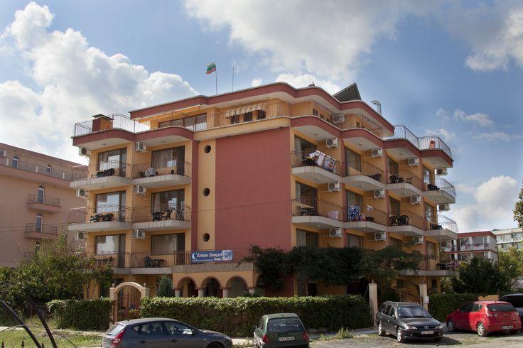 Съчетал модерен #дизайн, уютна #атмосфера и безупречно обслужване, #хотелът посреща своите гости през #летния #сезон. Разполага с двойни #стаи, тройни стаи, #апартаменти и #луксозни апартаменти.  http://www.southnights1.com/