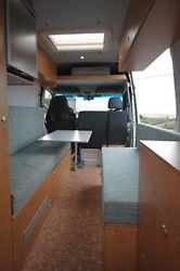 Doppelbett längs im Mercedes Sprinter Kastenwagen, Innenraumansicht
