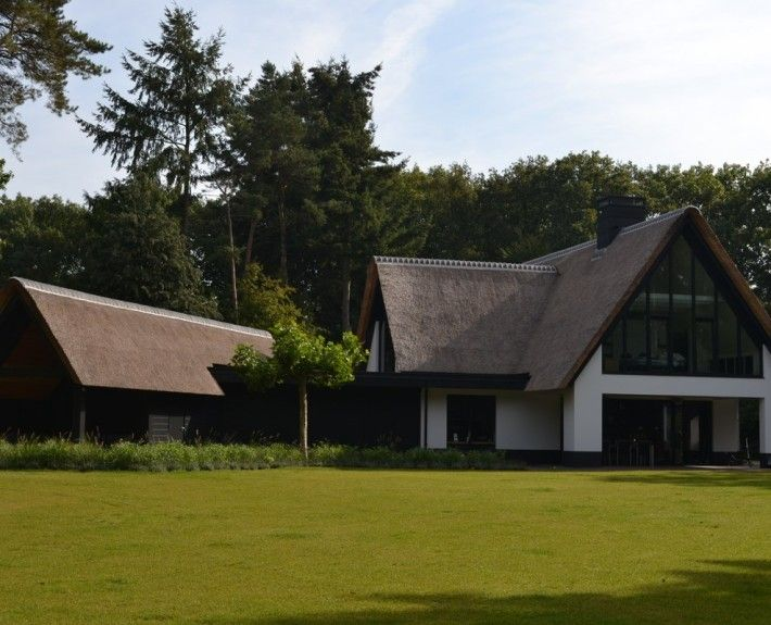Neu erbaute moderne Villa mit Strohdach in Soest | Stilvoll bauen