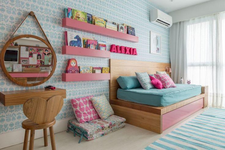ALEXIA acaba de ganhar um quarto de sonho, com projeto da LITTLE DOOR STUDIO. Com estampa linda de papel de parede, penteadeira fofa (com cadeira coração).