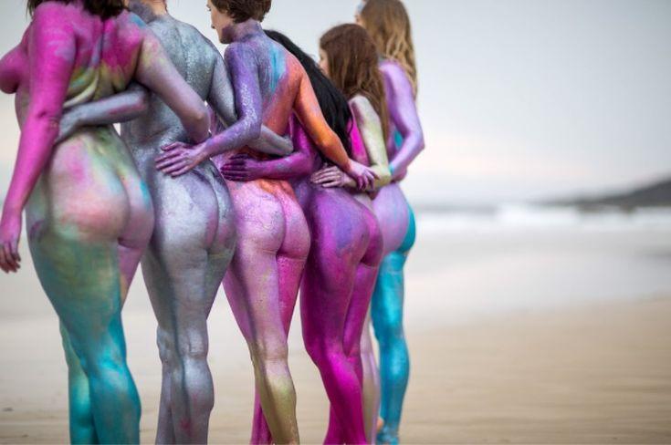 Naiset+poseeraavat+alasti+glitterin+peitossa+levittääkseen+kehopositiivisuuden+sanomaa+–+katso+kauniit+kuvat