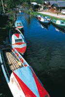 El sistema lacustre de la laguna de La Cocha, en El Encano, ha desarrollado formas de transporte fluvial que llegan hasta el Guamués, el río navegable a mayor altitud en Colombia.