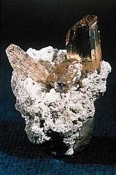 Topaz è un minerale (Al2SiO4 (F, OH) 2) che forma cristalli orthorhombic.