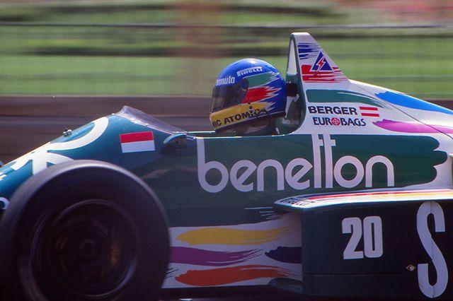 ベルガーはヘルメットもベネトンカラー。翌年はフェラーリに移籍し、鈴鹿のF1日本グランプリ初ウィナーとなる