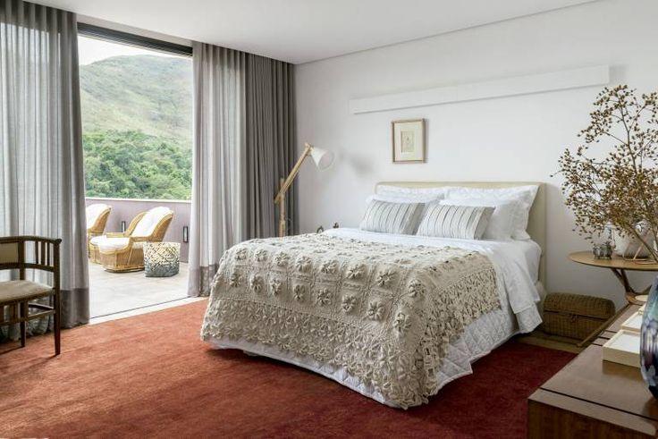 Destaque no quarto do casal, a colcha de crochê herdada da avó da proprietária se alia à roupa de cama da Trussardi. De Fernando Mendes, a mesa Janete (à dir.) apoia a luminária de mesa Função (Tomada). O tapete é um paquistanês mardan (Marie Camille).