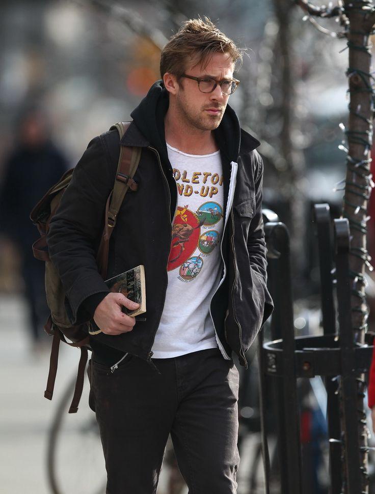 """un homme l'air mal reveillé mai concentré, un sac pratique, un manteau pour le froid, et des lunettes et un livre pour l'intellect, quoi de mieux? Ryan Gosling : """"j'ai besoin de faire une pause"""""""