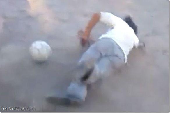 Un borracho intentando jugar fútbol causa sensación en las redes (Video) - http://www.leanoticias.com/2015/02/23/un-borracho-intentando-jugar-futbol-causa-sensacion-en-las-redes-video/