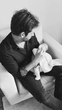 Tomaso Trussardi gibt seiner Tochter, Baby Celeste, die Flasche. Das Foto postete die stolze Mama, M... - Twitter, Michelle Hunziker http://www.msn.com/de-de/unterhaltung/promi/tomaso-trussardi-gerard-piqu%C3%A9-and-co-diese-vip-herren-sind-echte-super-papas/ar-AAbe1J0