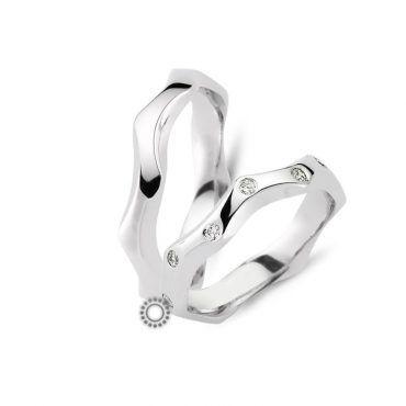 Γαμήλιες βέρες σαν κύματα CHRILIA 39 σε ιδιαίτερο λευκόχρυσο σγουρό προφίλ από λευκόχρυσο με διαμάντια | Κοσμηματοπωλείο ΤΣΑΛΔΑΡΗΣ στο Χαλάνδρι #βερες #γάμου #wedding #rings #Chrilia