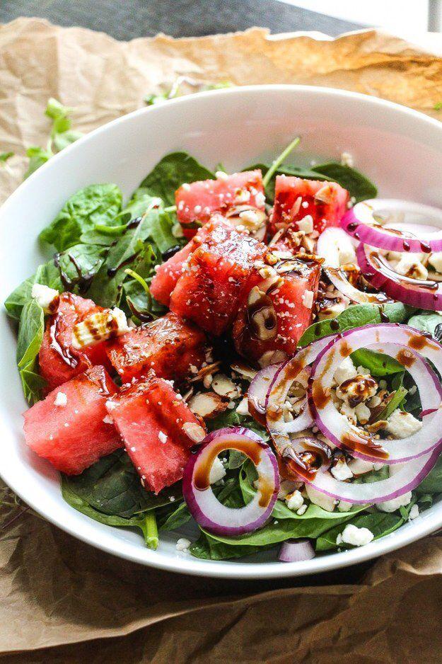 Salade met watermeloen en feta Spinazie/rucola Feta Watermeloen Rode ui Amandel Verse basilicum Balsamico dressing