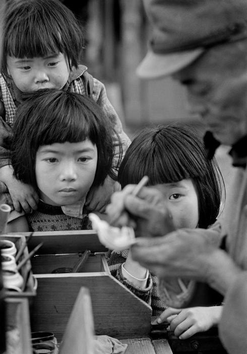 Werner Bischof (1916-1954) Painter and children, Tokyo. Japan - 1951 Source : Magnum photos
