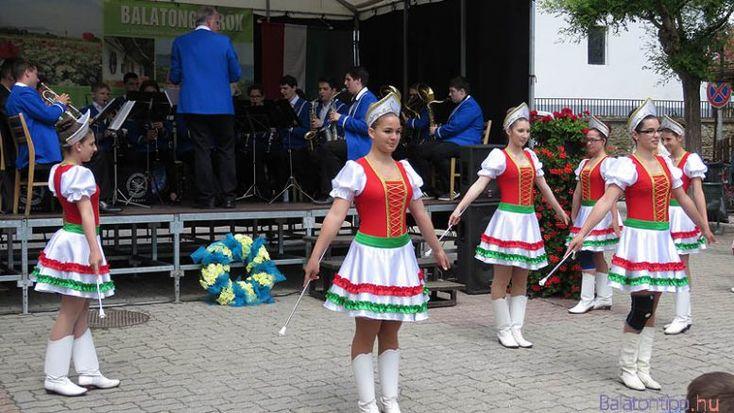 A búcsúi műsorban a Zalai Balaton-part Ifjúsági Fúvószenekar és a Vonyarcvashegy Mazsorettcsoport is fellép
