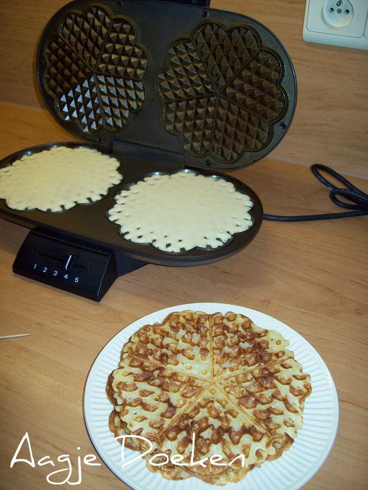 Goed recept voor wafels: recept x 1,5 voor 14 ronde wafels (voor 4p) Wel minder vanillesuiker (2 zakjes) en 3 eetlepels suiker