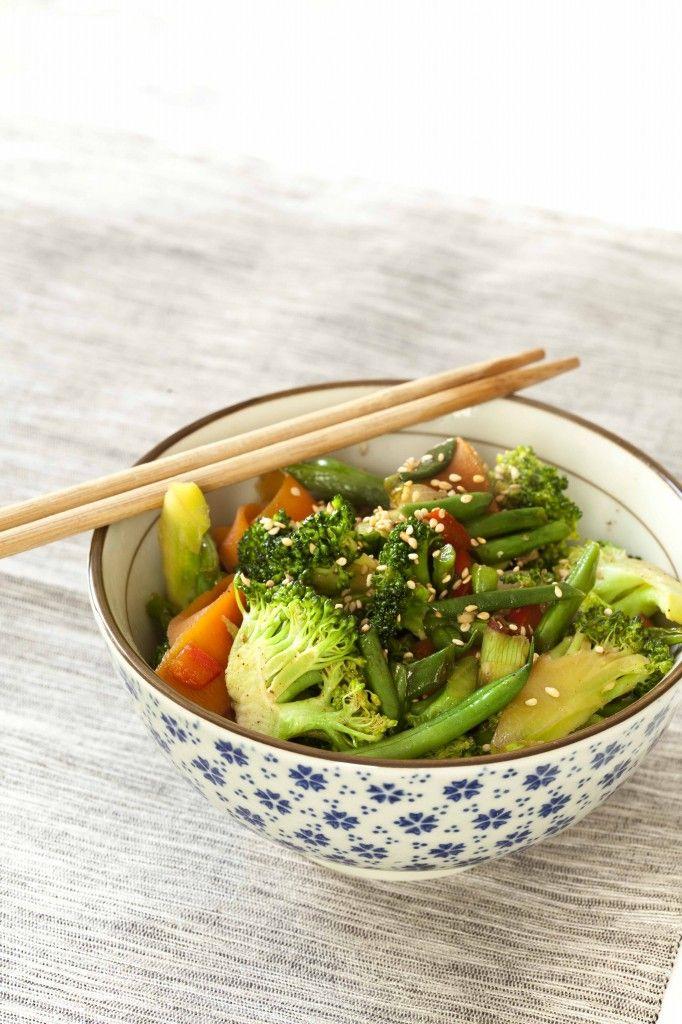 Wok de légumes Il s'adapte à tous les légumes que tu préfères. La cuisson rapide permet de conserver de la texture aux ingrédients et de préserver leurs couleurs comme leurs vitamines. Ce wok de légumes peut être un accompagnement pour une viande exotique ou un plat végétarien si tu l'associes à un féculent.