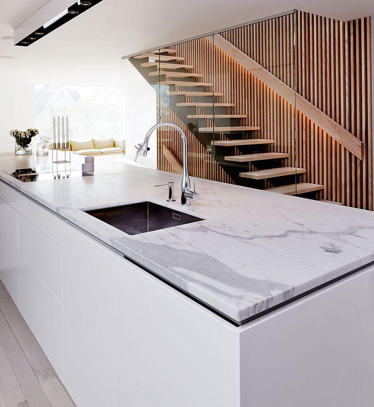 Hvidt i kombination med akustiklameller i træ køkkenet er fra Boform