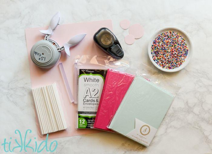 felicitaciones cumpleaños. materiales para hacer tarjetas de cumpleaños en casa con papel, pegamento y granas