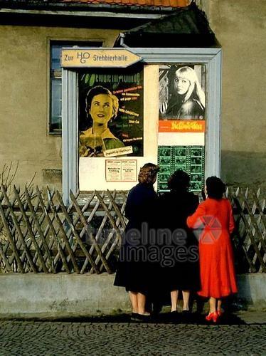 Frauen in Fürstenwalde, 1956 Juergen/Timeline Images #1950er #DDR  #GDR #Ostdeutschland #EastGermany #Zaun #Alltag #Straße #Brandenburg #Kleider #Mode #Langewahler #Filmplakate #Kino