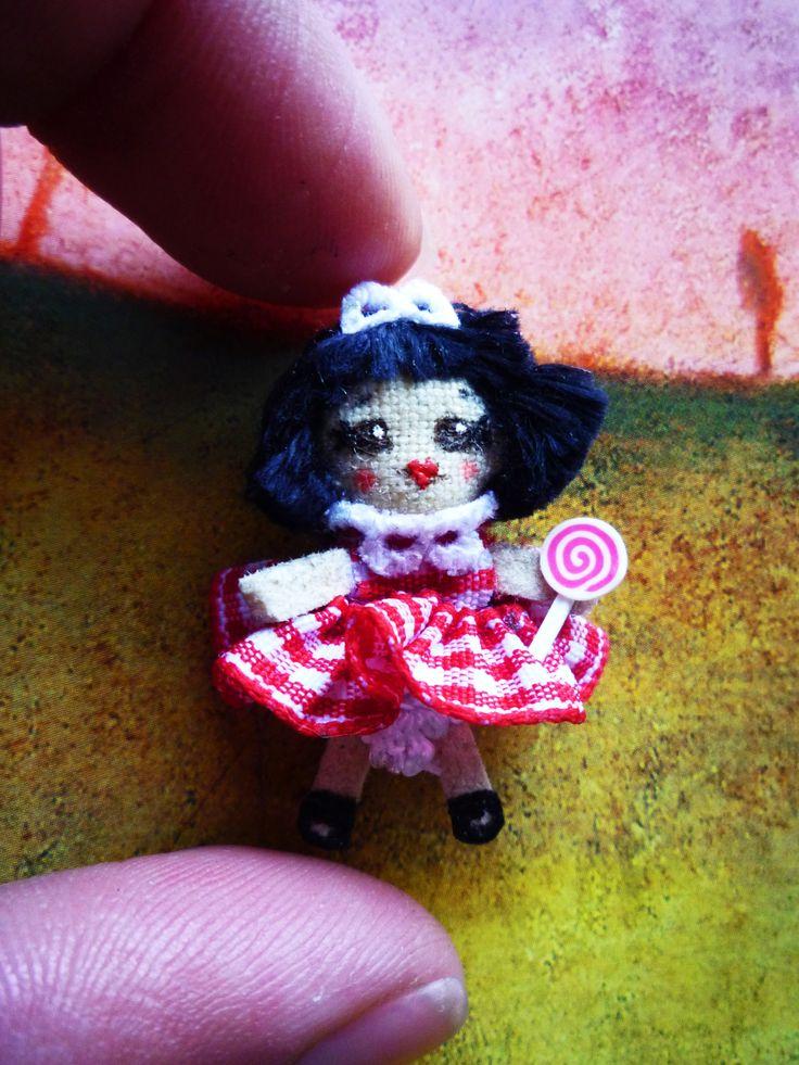 "Nuh Mi primer infante : muñeca de trapo miniatura 1 1/4"". My first kid, miniature rag doll 1 1/4"". By Georgina Verbena"
