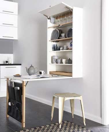 Un meuble de cuisine qui combine table escamotable et vaisselier à faire un bloc meuble, un plateau stratifié et un tréteau de récup. Une bonne astuce déco pour aménager une petite cuisine