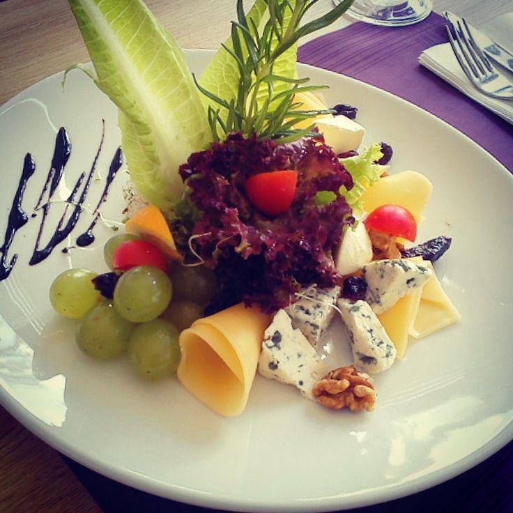 Talerz serów z chrupiącym pieczywem #cheese_plate #fortezza #restauracja