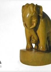 wyrzeźbiona w drewnie lipowym Słonica z młodym