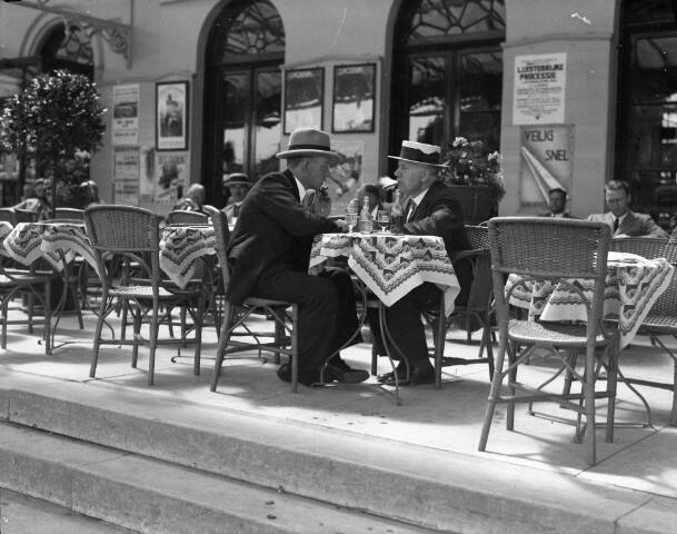 Twee mannen op het terras voor het Centraal Station (Stationsplein) te Utrecht. Catalogusnummer  816541