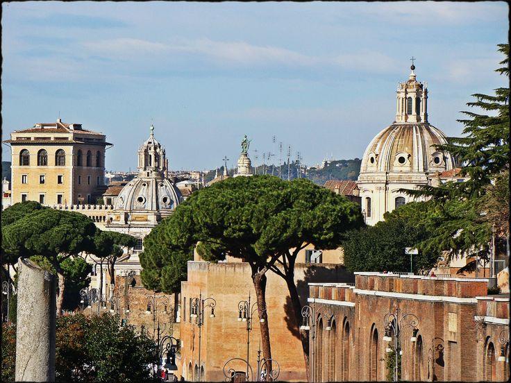 Jeden ze styczniowych weekendów miałam okazję spędzić w Rzymie. W piątek po pracy wylecieliśmy Ryanairem z Warszawskiego Okęcia (akurat w tym okresie przeniesiono tu loty z Modlina ) i około 20.30 wylądowaliśmy w jakże przyjemnie ciepłym mieście. Różnica temperatur wynosiła około 20 stopni, więc szc