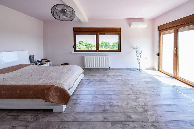 Υπνοδωμάτιο σε ήπιους χρωματισμούς που μεταφέρει ηρεμία και χαλάρωση. #realestate #efimesitiko #alexandroupoli