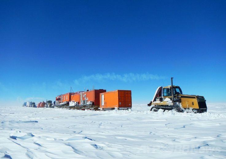 南極のオーロラ盆地(Aurora Basin)で氷床コア採取に使われる機材を運ぶ雪上車(撮影日不明)。(c)AFP/AUSTRALIAN ANTARCTIC DIVISION/TONY FLEMING ▼9May2014AFP|南極で2000年前の氷床コアを採取 http://www.afpbb.com/articles/-/3014472 #Snowcat #Autoneige #Terra_Bus #Setsujosha