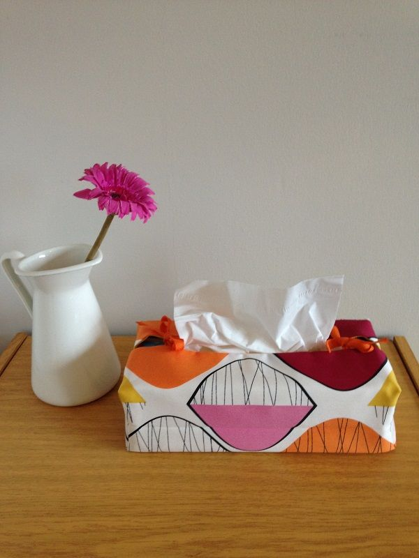 Demi-lune housse de boite à mouchoirs. Orange, bordeaux, jaune, rose, blanc. Création d'accessoires et décoration La Fée Ninova