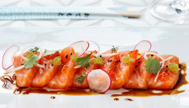Sashimi kan du servere som forrett, hovedrett eller en del av sushimenyen. Prøv denne oppskriften, og la soyasaus, sitron og koriander heve smaksopplevelsen av laksen. #fisk #oppskrift