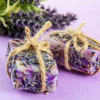 Seifen-Rezept für eine vegane Seife mit Lavendelblüten mit nur 4 Zutaten - wirkt antibakteriell und pflegt die Haut. http://www.ihr-wellness-magazin.de