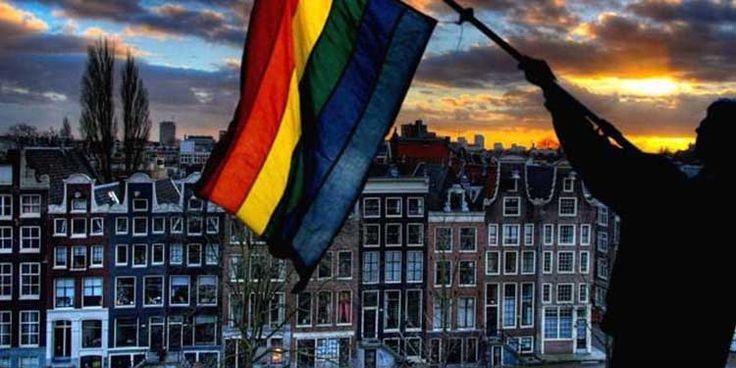 Il 1° aprile 2001 i Paesi Bassi diventarono il primo paese al mondo a legalizzare il matrimonio fra persone dello stesso sesso. Nella capitale Amsterdam si celebrano i matrimoni di tre coppie gay ed una di lesbiche.