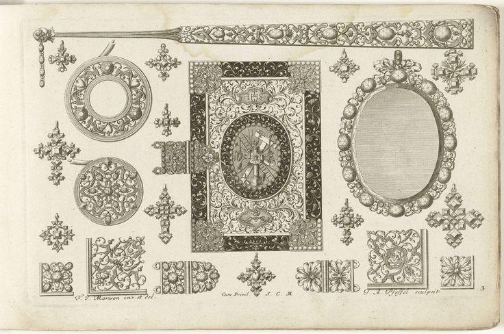 Christian Engelbrecht | Tweeëntwintig ontwerpen voor juwelen, boekomslagen en waaiers, Christian Engelbrecht, Johann Andreas Pfeffel (der Ältere), Jeremias Wolf, after 1699 - before 1724 | In het midden is een stofomslag afgebeeld, gedecoreerd met een trofee van de passieinstrumenten. Bovenaan bevindt zich het handvat van een waaier. Blad 3 uit serie van 8 bladen met ontwerpen voor juwelen met parels en edelstenen. Tweede editie.