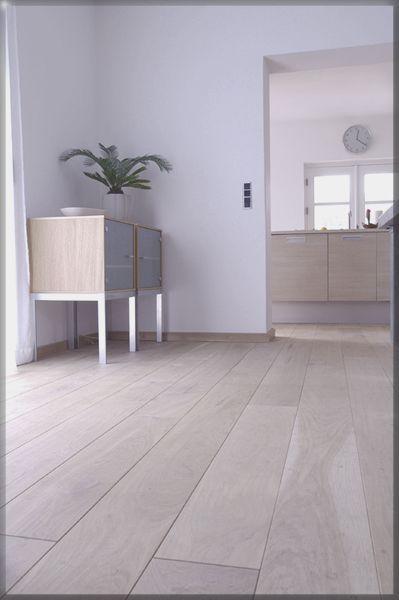 Door muurplinten in de kleur van de vloer te kiezen lijkt je kamer groter