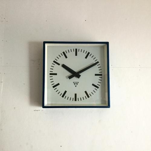 Pragotron(パラゴトロン)のヴィンテージ壁掛け時計|いわずもがなのパラゴトロンのウォールクロックです!スクエアのタイプはフレームがグリーンメタルのものが大半ですが、ブルーにペイントされていて大変珍しいですね。インダストリアルなフォルムは鉄道時計らしく、見やすいのにスタイリッシュ!文字盤も針もオリジナル。オリジナルはやっぱりカッコいい!!