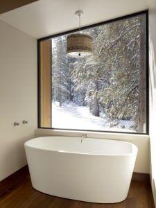 Eine Mitte, großes Bad mit einem minimalistischen Design für Komfort und Praktikabilität. / Foto von John Maniscalco Architektur