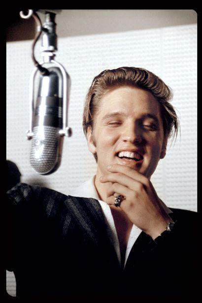As fotos foram tiradas quando Elvis ainda era um cantor principiante, longe da conhecida carreira de superstar universal. O fotógrafo Alou Wertheimer precisava de dinheiro e concordou tirar fotos do jovem cantor.        Elvis e a namorada  Elvis e a mãe  Elvis com o primo e o pai (ao fundo) Já acessou o iG Jovem hoje?