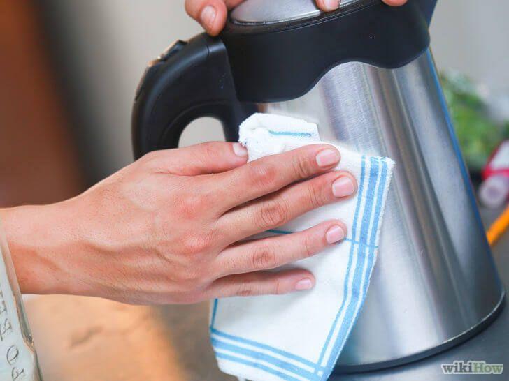 Roestvrijstaal schoonmaken in je keuken met een verzorgingsproduct, super slim!