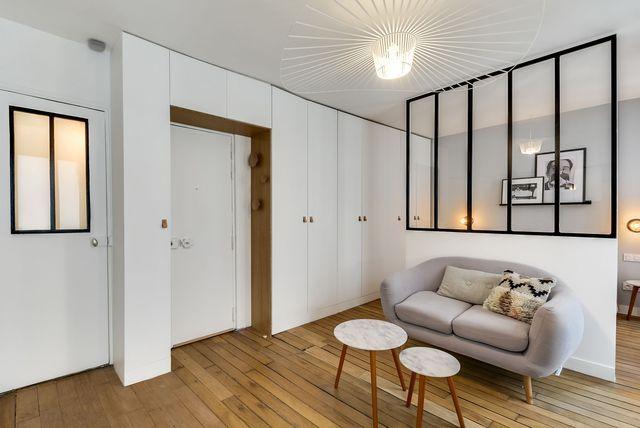 Une seconde mini verrière a été installée dans la salle de bains. Elle donne une impression de grandeur à cette pièce de seulement 2,8 m2. La lumière de la pièce à vivre traverse jusque dans le fond de la salle de bains. Elle se reflète sur les carreaux blancs de la pièce d'eau : un carrelage artisanal de type métro parisien, mais nettement moins volumineux, qui vient de chez Casa Bagno.