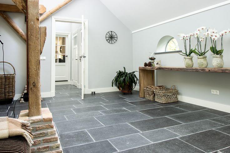 Belgisch Hardsteen Monastery Light #woonkamer #living #natuursteen #naturalstone #vloer #floor #flooring #tiles #tegels #fossiel #fossil #interieur #interior #interieurdesign #interiordesign
