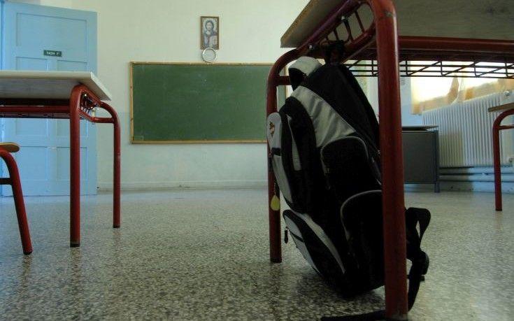 Ακόμη και με βαθμό 5 η προαγωγή στο Γυμνάσιο   Οι μαθητές του γυμνασίου μπορούν να προαχθούν και να πάρουν απολυτήριο από τη βασική υποχρεωτική εννεαετή εκπαίδευση της χώρας μας με 5 6 7 σε βασικά μαθήματα όπως η Ελληνική Γλώσσα η Ιστορία τα Μαθηματικά και η Φυσική. Σε αυτή την ποιοτική έκπτωση οδηγεί η χθεσινή απόφαση του υπουργείου Παιδείαςσύμφωνα με την Καθημερινή. Ειδικότερα με βάση τις αλλαγές στο γυμνάσιο που ανακοινώθηκαν το πρώτο δεκαήμερο του Σεπτεμβρίου λίγο πριν από την έναρξη της…