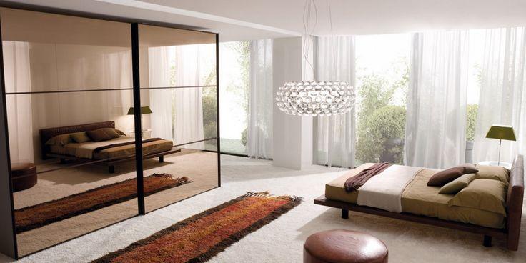 Abbinamento del letto marrone con la parete chiara