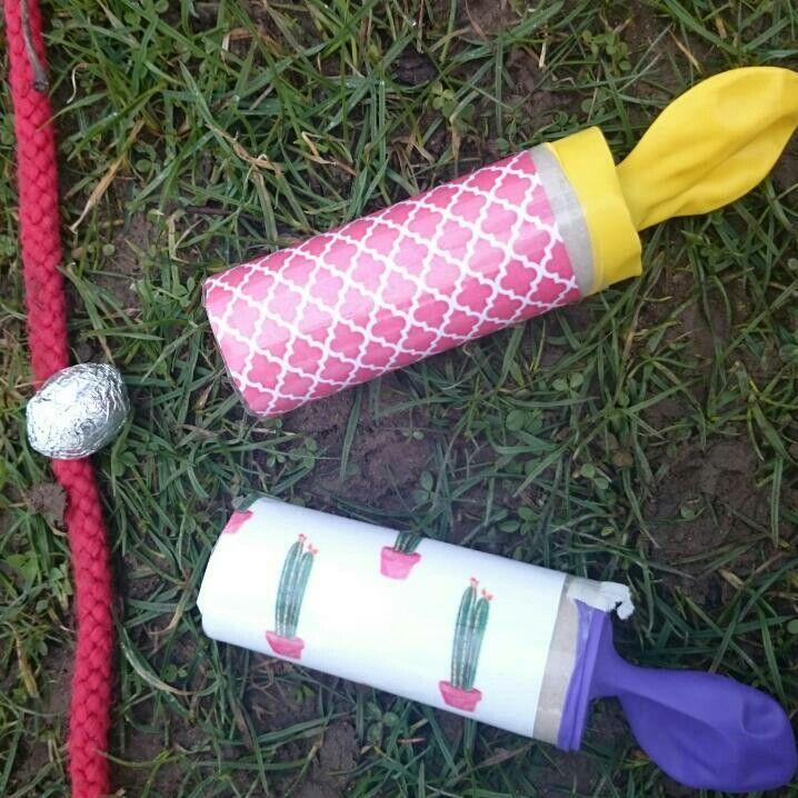 Äggfjutt Toarulle som dekorerats och så trä på en avklippt ballong. Plasta. Jag förstärkte sedan med vävtejp över balongskarven. Detta syns ej på bilden men då blev de jättebra! Äggen är små vaddägg inklädda i aluminiumfolie. Fjutta nu iväg ägget i din äggfjutt och få poäng med markerade hopprep som linjer. Tävla mot dej själv och slå ditt rekord eller kör duell med andra
