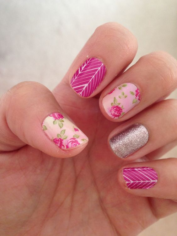 Uñas rosa con flores y esmalte color plata - Pink nail art with flowers