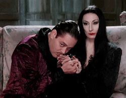 gif true love the addams family Gomez Addams Morticia Addams anjelica huston black comedy raul julia morticia and gomez Gomez Addams e Morticia