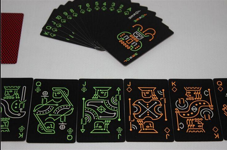 Если у вас есть друг или подружка, которые любят всякие карточные игры или фокусы, то купите им карты, которые светятся в темноте. С ними ваши друзья испытают новые впечатления от игр в темном помещении, будто дискотека, ночное кафе или бар.   #Для гиков #Для детей #Д