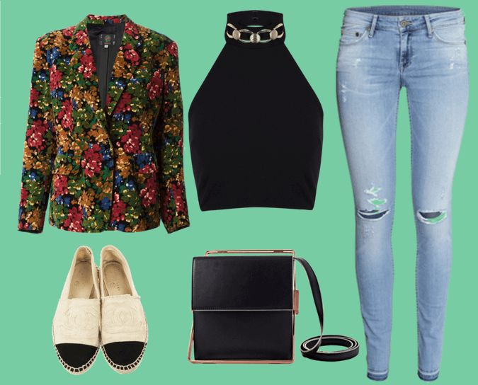 Пиджак с цветочным принтом, черный топ без рукавов с высоким воротом, голубые джинсы, двухцветные эспадрильи, черная сумка