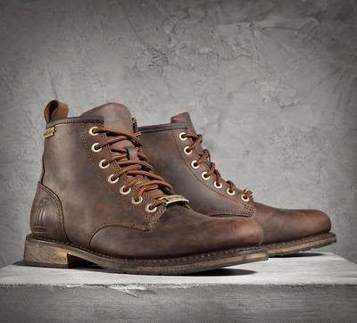 Voici une paire de boots en cuir très intéressante de la marque Harley-Davidson manufacturée par Wolverine Worldwide, ce qui est un gage de qualité et de savoir faire vu le nombre de marque que cette société représente. Tout droit sortie de la collection Black Label avec le logo 1. Le modèle Darrol boots est disponible en noir et marron en taille 8″ avec 7 œillets. La semelle est cousue façon...